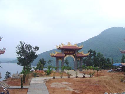 Em nhận hướng dẫn viên các bác tìm hiểu ngồi thiền tại các Thiền viện Trúc Lâm.